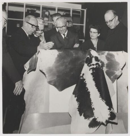 081577 - Rialto lederwarenstand. V.l.n.r.: C. van Gorp (looier), Deken P. Mathijsen, loco-burgemeester A.D. Noy met echtgenote en kapelaan Dierick.