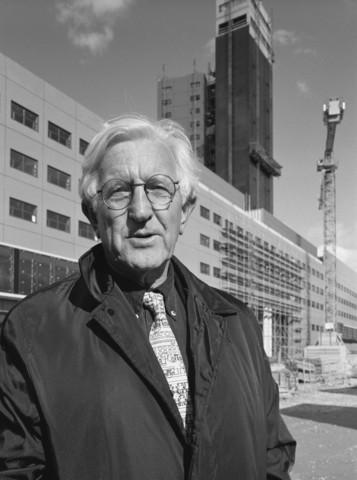 TLB023000963_001 - Architect Abe Bonnema, ontwerper van het Interpolis gebouw, staande voor zijn creatie.