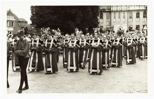 009209 - H. Hartstoet. zangerskoor Unus Militum van de Sacramentsparochie. 4e van links na opening J. van Gestel.