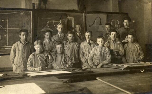 """602072 - Onderwijs. Leerlingen van de afdeling """"electriciteit, tekenen en bankwerken"""" van de Ambachts- en Industrieschool aan de Spoorlaan."""