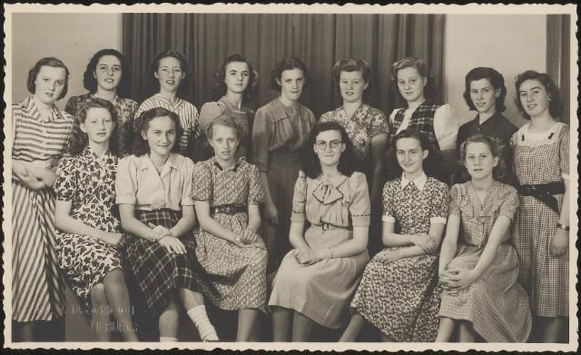 603621 - Leerlingen van de Sint Jozef-Ulo, meisjesschool Oude Dijk. Op de achterkant van de foto zijn de volgende namen geschreven: M. Konings, K. Takkenberg, Oerlemans, van Deutekom, C. Vermeulen, A. van Dijk