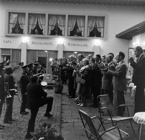 1237_012_992_007 - Viering van een jubileum van textiel firma Van Besouw b.v. bij restaurant Boschlust in Goirle in mei 1973.
