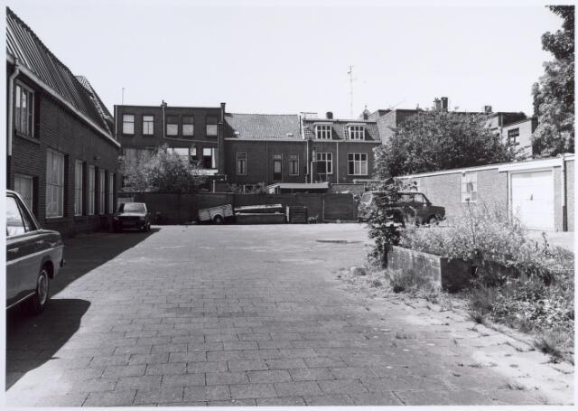 015135 - Binnenplaats achter panden aan de Bisschop Zwijsenstraat