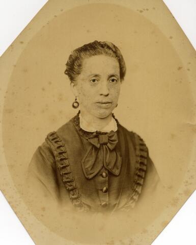 092980 - Hendrika Reyners geboren te Druten op 9 maart 1825, dochter van Mattheus Reyners en Geertruida van Kessel, en overleden te Arnhem op 28 februari 1899. Zij was woonachtig in Tilburg en getrouwd met Bernardus Johannes Antonius van Spaendonck.