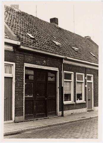 """034113 - Voltstraat 33 op 6 october 1966. In de """"inrijpoort was gevestigd drukkerij Jama. Rechts daarvan op nr.31 woonde destijds F.J. van Diesen."""