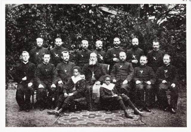 007802 - Mgr. Couppé met fraters en broeders, bestemd voor de missie, waaronder de vier jaar later vermoorde missionaris Henri F. Rutten (1873-1904) , middelste rij, tweede van links.