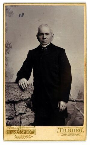 054596 - Cornelis (Kiske) Peters, geboren te Tilburg op 12 oktober 1833, zoon van Pieter Peters en Johanna Maria Haase. Hij was fabriekswerker, spinner en schrobbelaar van beroep en trouwde met Wilhelmina Janssen. Hij overleed aan de Boomstraat te Tilburg op 8 maart 1907 door een buikvliesontsteking.