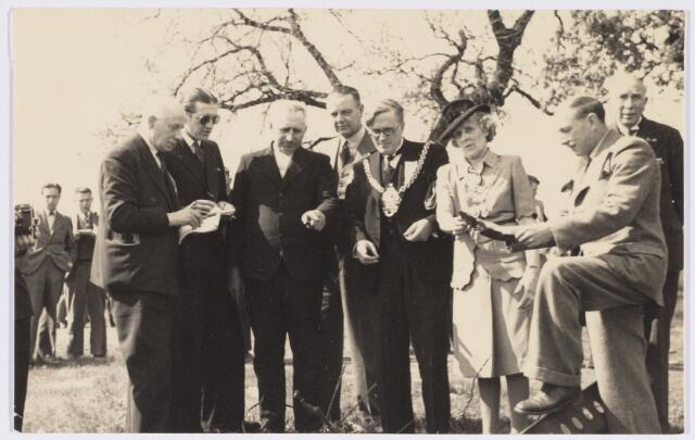 101809 - Tussen Tilburg en Wolverhampton ontstond kort na de tweede wereldoorlog een speciale stedenband, die alles te maken had met de Prinses Irene Brigade, welke in Wolverhampton gelegerd was alvorens het Kanaal over te steken om mee te doen aan de bevrijding van ondermeer Tilburg. Van 4 tot 11  mei 1946 kwam een heel gezelschap uit de regio Wolverhampton naar Tilburg voor een uitgebreide sportieve en culturele uitwisseling. Tijdens dit bezoek bezochten ze ook Arnhem, waar de Airborndivision landde. Rechts op de foto Alderman Taylor en de burgemeester van Oosterbeek