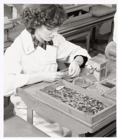 038751 - Volt, atelier Oosterhout. Waarschijnlijk het afmonteren van spoelkernen rond 1960. Fabricage- of productie vond in Oosterhout plaats van april 1951 t/m 1967.