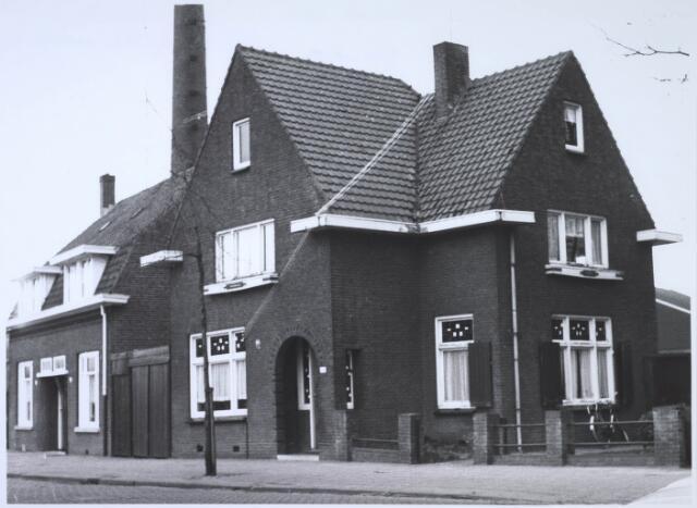 023547 - Pand Enschotsestraat 16, thans Kapitein Nemostraat begin 1967. Links de schoorsteen van de Tilburgse Houtcentrale