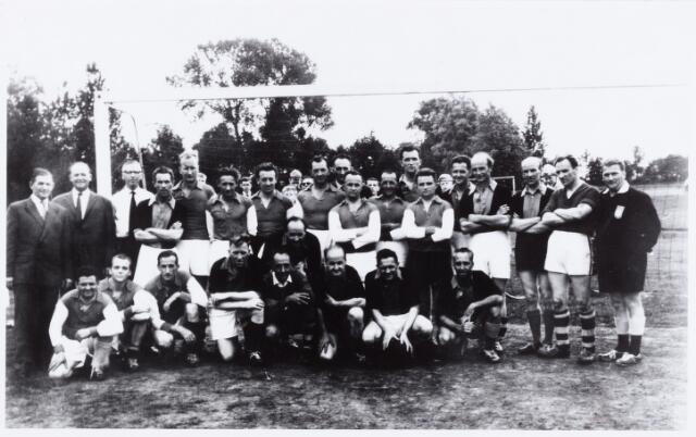 054088 - Sport. Voetbal. Broekhoven. Aan het einde van de competitie 1953/1954 werd deze foto gemaakt, waarop het eertste en het tweede elftal van K.S.Broekhoven voorkomen. Zittend v.l.n.r. G.Emmers, N.N.,Ad van Raak, Paul Frits, Wim Vissers, Jan Cools, Jos v.d.Vliet en Jo Spanings. Staande v.l.n.r. Bart Joore, Piet van Korven, Ad Pijpers, P. van Dongen, N.N., Wil van Hees, Jan Evers, Jac. Paulusse, Frans Jongen, Antoon Paulusse, Wim Paulusse, Sjel van Gisteren, Gerard van Gisteren, Jos van Gerwen, Mart Paulusse,  Toon Wouters, Mathieu Brouwers en scheidsrechter J.Peeters