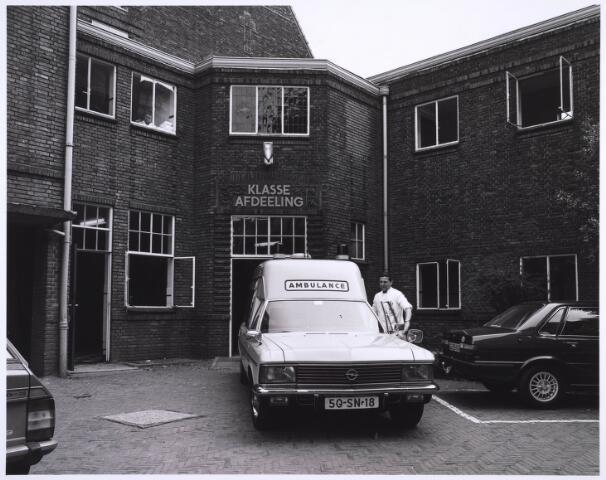 022976 - Elisabethziekenhuis. Gezondheidszorg. Ambulance voor de ingang van de eerste klasse-afdeling van het St. Elisabethziekenhuis