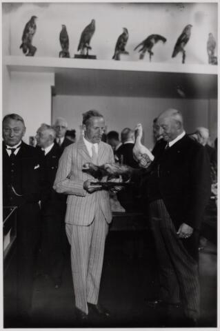 103863 - Tentoonstelling. Officiele opening van het Natuur Historisch Museum aan de Paleisstraat. dr. Alexander G.M. Liernur, leraar aan de rijks-HBS en conservator geeft uitleg aan burgemeester Vonk de Both.