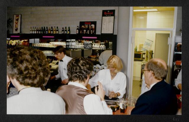 """91311 - Made en Drimmelen. De drukke bar tijdens de opening van het Sociaal Cultureel Centrum """"De Mayboom"""" in Made."""