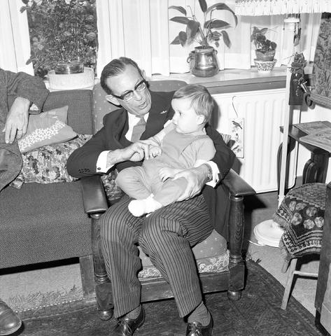 D-002120-1 - Ridderorde dhr. Van Broekhoven. Op de foto burgemeester Becht met kleinkind Broekhoven.