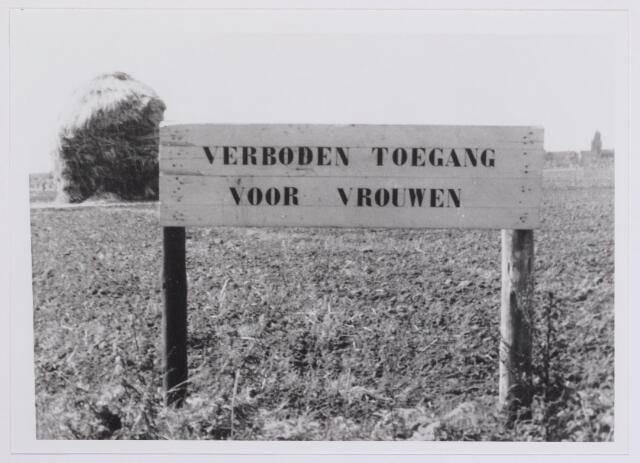 041973 - Volksgezondheid. Bord ´verboden toegang voor vrouwen´ langs het Wilhelminakanaal in 1958, bedoeld om gemengd zwemmen tegen te gaan. Ook in het gemeentelijk zwembad aan de Ringbaan-Oost was er een strikte scheiding tussen mannen en vrouwen.