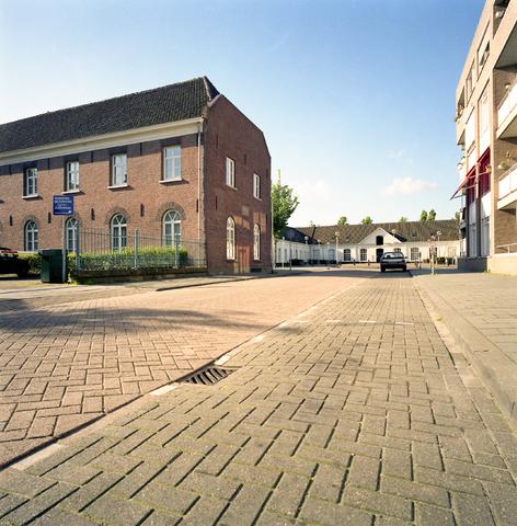 D-000956-3 - Op de achtergrond het Gemeente archief Tilburg (huidig Regionaal archief Tilburg), aan de linkerzijde de Lanciers Kazerne