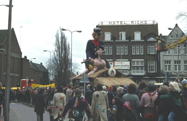 656393 - Carnaval Tilburg. Carnavalsoptocht Heuvelstraat Tilburg in 1977. Op de achtergrond Hotel Riche.