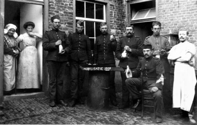 054689 - Ingekwartierde soldaten bij bakker Hendriks tijdens de Eerste Wereldoorlog. Rechts bakker Piet Hendriks. Geheel links in de deuropening, met muts, Kee Schijvens.