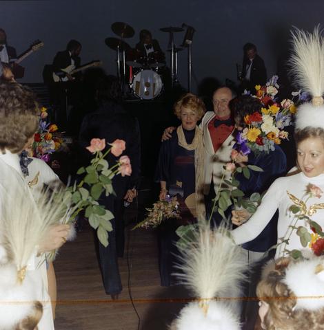 1237_011_824_008 - Entertainment. Cultuur. Theater. René Frijters (met zijn vrouw) tijdens de theatershow in maart 1975. In 1955 begon René Frijters met het bemiddelen voor artiesten vanuit zijn huis in de Zouavenlaan.