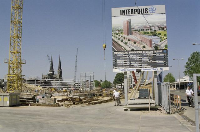 TLB023000521_002 - Bouwwerkzaamheden kantoor Interpolis langs de Spoorlaan, op de achtergrond de parkeergarage Tivoli in aanbouw.