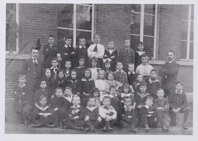 043830 - Leerlingen van de openbare U.L.O. school aan de Langestraat in Tilburg met rechts het hoofd van de school: Petrus Joannes Willems.