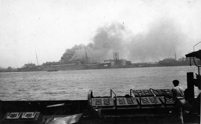 "830021 - WO2: WOII; Tweede Wereldoorlog. Oorlogsjaren. ""Brandende Statendam Rotterdam mei 1940"" dubbel"