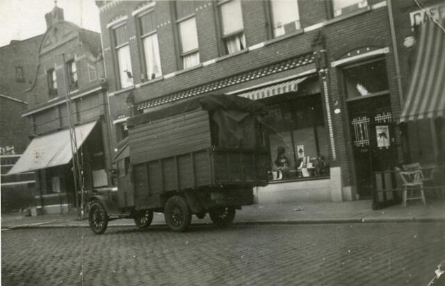 601759 - De Bredaseweg gefotografeerd vanaf de achterkant van het pand Zomerstraat37, waar het foto-atelier van Pioet van de Schoot was gevestigd.