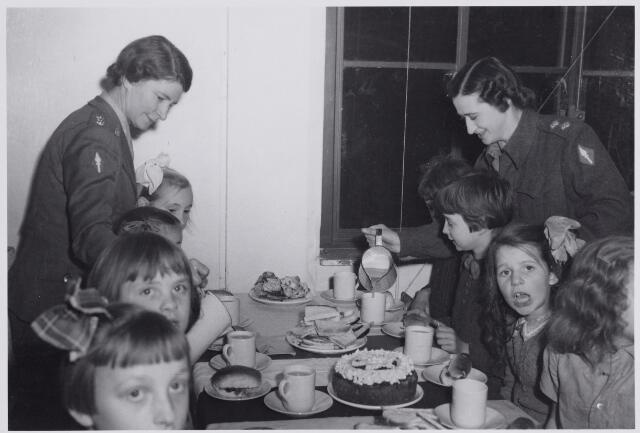 045697 - Tweede Wereldoorlog. Sinterklaasviering voor Goirlese kinderen verzorgd door Engelse militairen.