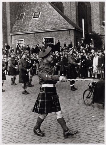 012521 - WO2 ; WOII ; Tweede Wereldoorlog. Bevrijding. Tamboer-maitre van de Schotse pijpers, die op 29 oktober 1944 een parade verzorgde op de Markt