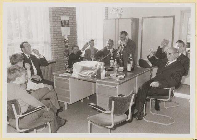 072962 - Opening gemeentehuis door de Commissaris van de Koningin Kortmann.  Ambtenaren buitendienst (afd. Burgerzaken) brengen een toast uit.