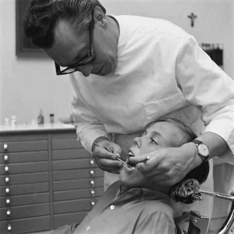072797 - Tandarts Koning uit Goirle behandelt het gebit van  jonge patient.
