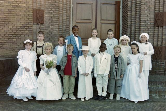 1237_002_262-1_003 - Religie. Rooms Katholieke Kerk. Communicanten in de Korvelsekerk 2001. Groepsfoto.