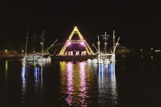 TLB023000871_003 - Waterfestival; optreden in het donker bij de Piushaven.