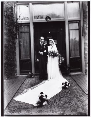 007279 - Alb.F.W.M. Kneepkens (apotheker) en Riet H.C. de Pont. Huwelijksinzegening op 2 mei 1942 te 10.00 in de kerk van het Heilig Hart Noordhoek Tilburg.