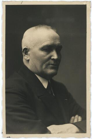 005351 - Johannes Josephus Jacobus van OUDENHOVEN (Tilburg 1871-1959), oorspronkelijk bakker van beroep, was wethouder publieke werken sinds 1923. In 1935 nam hij afscheid, met toen o.a. armwezen in zijn portefeuille. Hij was ook lid van Provinciale Staten en vice-voorzitter van Huize Nazareth (kinderbescherming) en lid Vincentiusverenging. Hij was Ridder in de Orde van Sint Silvester (1921). In 1898 was hij getrouwd met Johanna Adriana Deliën (1872-1951).