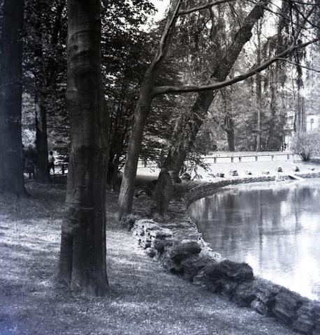 654907 - Wilhelminapark met gedeelte van de vijver, Het park is ontworpen door Leonard Springer en werd in 1898 geopend.