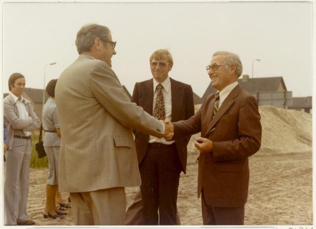 90766 - Made en Drimmelen. Genodigden voor het bijwonen van het heien van de eerste paal voor bejaardenwoningen. Op de voorgrond: Burgemeester  H.W.G. (Harry) Opheij (1965-1982) neemt felicitaties in ontvangst