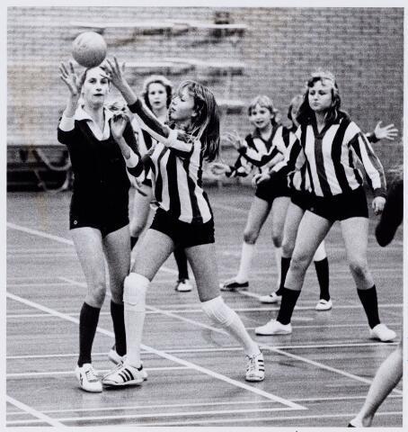 104289 - Sport. Spelmoment uit de dames-handbalwedstrijd tussen Vincentius en de  Loevesteinschool, tijdens het scholen kerst-toernooi