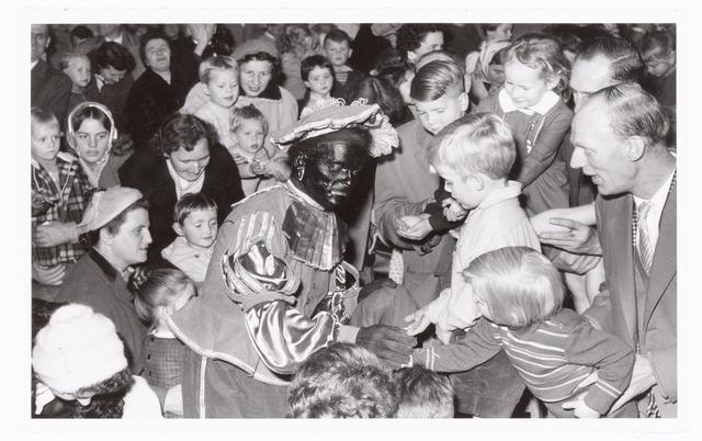 038874 - Volt. Zuid. Ontspanning. Viering Sint Nicolaas voor de kinderen van het personeel in 1959. Het snoep vond gretig aftrek. Sinterklaas. St. Nicolaas