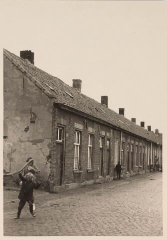 024228 - Arbeiderswoningen in de Kortestraat, gelegen tussen de Oranjestraat en de Piusstraat en tegenover de Koopvaardijstraat, gefotografeerd enkele jaren voor de afbraak ten behoeve van de aanleg van het Koningsplein