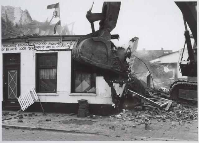 026172 - Op 11 juni 1982, precies om 15.00 uur, begon de firma Van Hees met de sloop van garage Oppermans aan het Lijnsheike, waarmee een einde kwam aan een langdurig conflict tussen eigenaar en gemeente