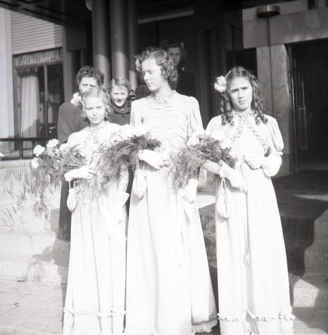 654774 - Bruidsmeisjes voor het stadhuis