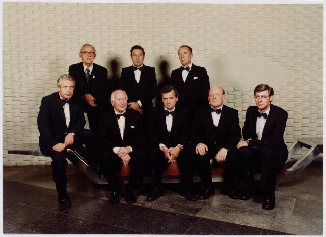 041284 - Jubileum. Bestuur en feestcomité bij de viering van het honderdjarig bestaan in 1980. foto: 2e v.l. voorste rij Wim Simons, achterste rij rechts Hagens.