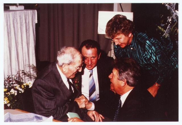 063633 - Burgemeester Meijs en Jan Robben en zijn vrouw komen Gaard Kuijpers feliciteren met zijn 100ste verjaardag; hij verbleef op het Zorgcentrum voor bejaarden Torentjeshoef aan de Oranjesingel 33.