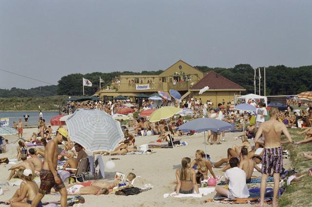 TLB023000935_003 - Recreanten op het strand bij het Blauwe Meer.
