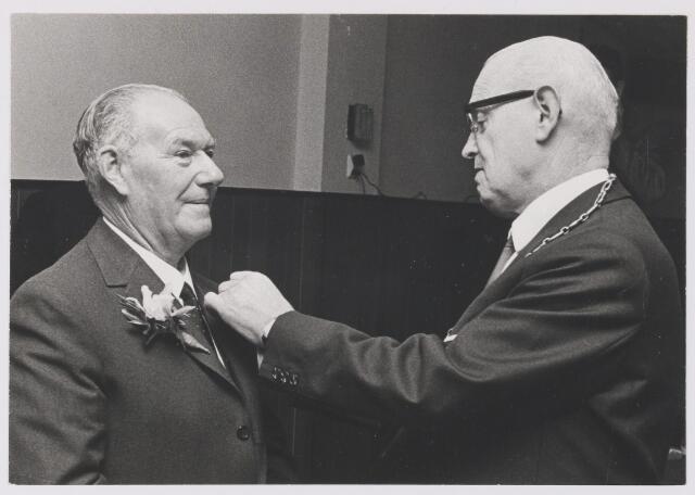081333 - Dhr. P.J. Gerrits (geb. 06-04-1904) ontvangt de onderscheiding in zilver van burgemeester J. Krol wegens 50 jaar dienstverband bij Steenfabriek Hendrikx te Gilze.