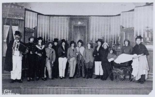 103919 - Toneel. onbekend toneel- of revuegezelschap in Tilburg. Vijfde van links is Nelly Mommers. (±1930).