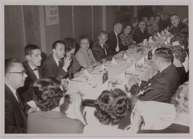 041166 - Vakbeweging. Op 31 augustus 1963 vierde de R.K. Bond Werkmeesters afd. Tilburg het 50-jarig bestaan. 1e een Solemnele H. Mis in de parochiekerk st. Jozef. 2e een feestelijk ontbijt in het parochiehuis aan de Veemarktstraat. 3e herdenkingsbijeenkomst in het Chicago-Theater. 4e Officiële receptie in de zalen van café-restaurant Th. van Broekhoven (Smidspad 42) 5e Feestavonden op 7 t/m 9 september 1963 met uitvoering Operette 'Rumoer in Weinbach' in de Stadsschouwburg met een afsluitend diner.