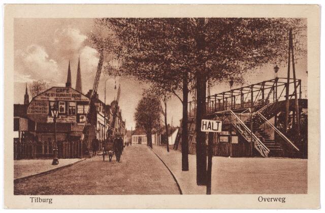 001702 - De Koestraat richting Heuvel bij de spoorwegovergang. Links de voetgangersbrug over het spoor, die dienst deed van 1894 tot 1961. Na de afbraak van deze brug en de aanleg van het hoogspoor werd ter plaatse de Besterdring aangelegd. Links van de bomen ontstond het N.S.plein. Links op de achtergrond café Kras aan de Heuvel en de torens van de Heuvelse kerk.